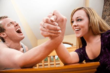 siłowanie na rękę kobieta vs facet